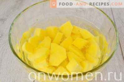 Manzo in umido con patate in una pentola a cottura lenta