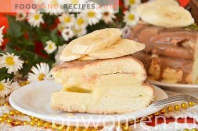 Pan di Spagna con frutta e cioccolato in una pentola a cottura lenta