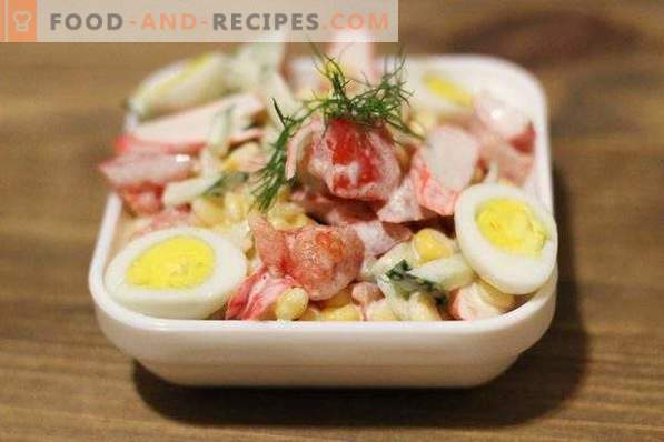 Insalata con bastoncini di granchio, pomodori e mais