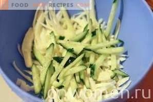 Salat mit Kohl, Mais und Gurken