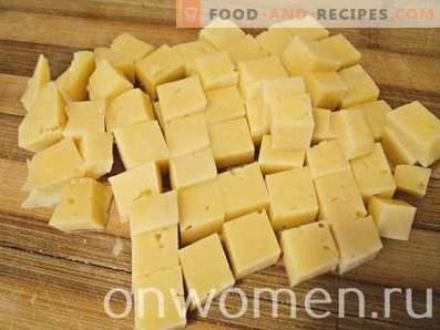 Insalata con pollo, formaggio, pomodori e cracker