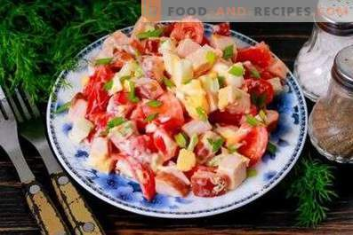Insalate con pollo e pomodori