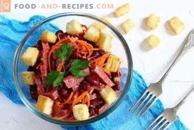 Insalate con salsiccia affumicata e cracker