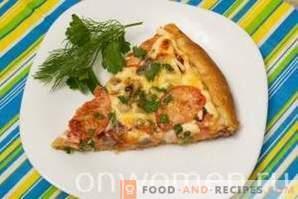 Pizza con salsiccia, funghi, formaggio e pomodori