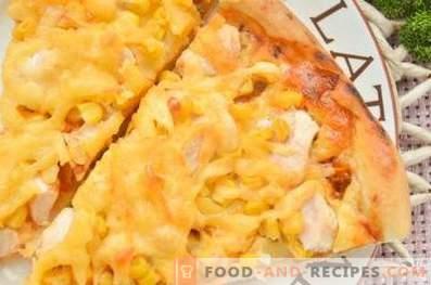 Pizza con pollo e mais su pasta lievitata