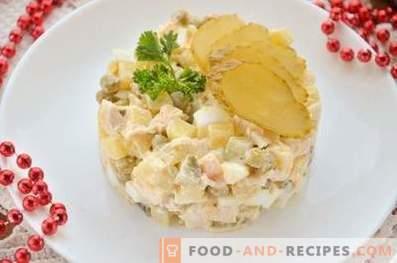 Insalata con pollo, uova e verdure