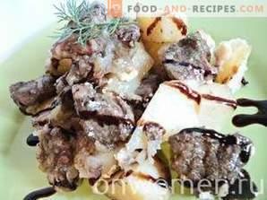 Carne con patate in pentole nel forno