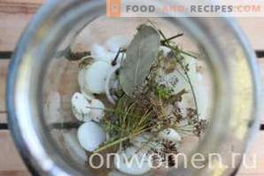 Assortiti per l'inverno di cetrioli e pomodori e peperoni e zucchine