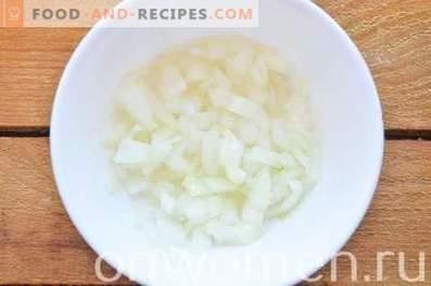 Insalata a strati con fegato, uova e formaggio