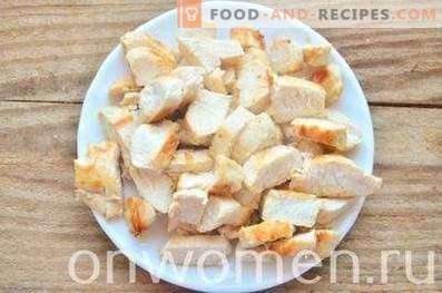 Insalata a strati con pollo, uova e cipolle verdi